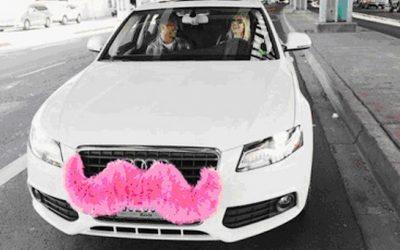 Et la déconstruction continue… mais que fait cette voiture avec une énorme moustache rose ?