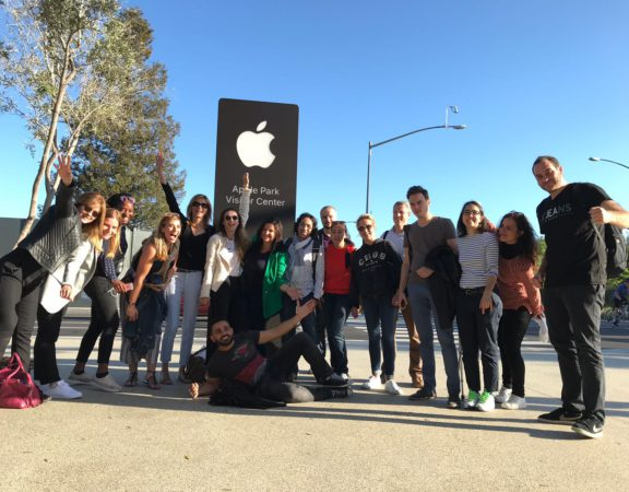 Entrée de l'Apple Park Visitor Center Groupe de l'ESCCA Silicon-Valley.fr