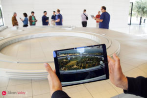 Tablette dans l'apple park visitor en Silicon valley Apple Park Cupertico