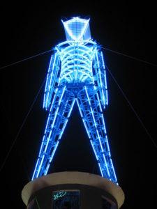 Représentation de la statut brulée du festival burning Man 2002